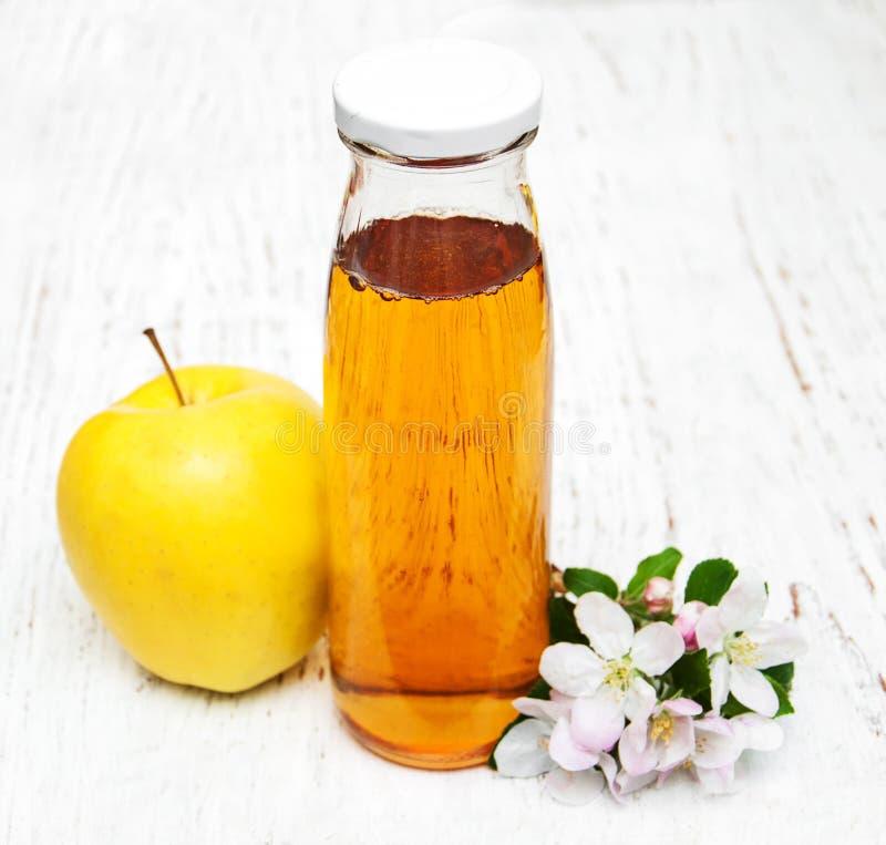 Flaska av äppelmust arkivfoto