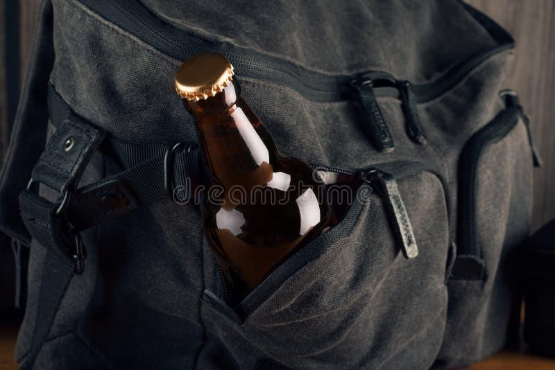 Flaska av öl- och lopppåsen royaltyfria bilder