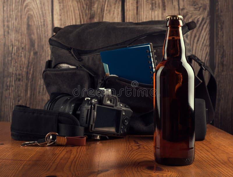 Flaska av öl på turismkorgbakgrund fotografering för bildbyråer