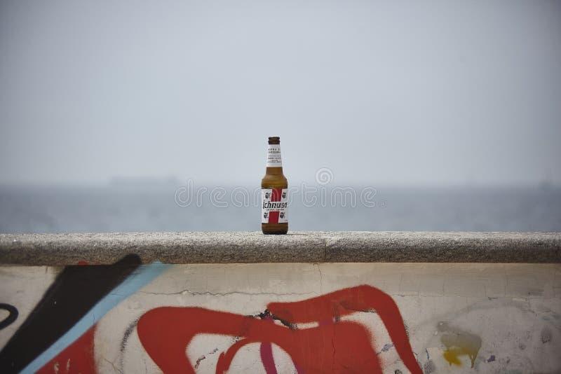 Flaska av öl på väggen royaltyfri bild