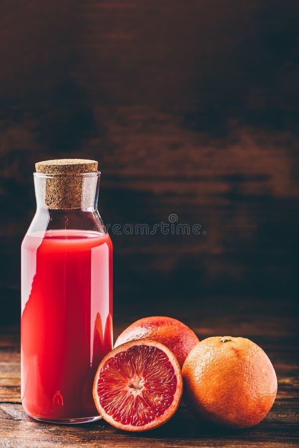 Flaska av blodapelsinfruktsaft fotografering för bildbyråer