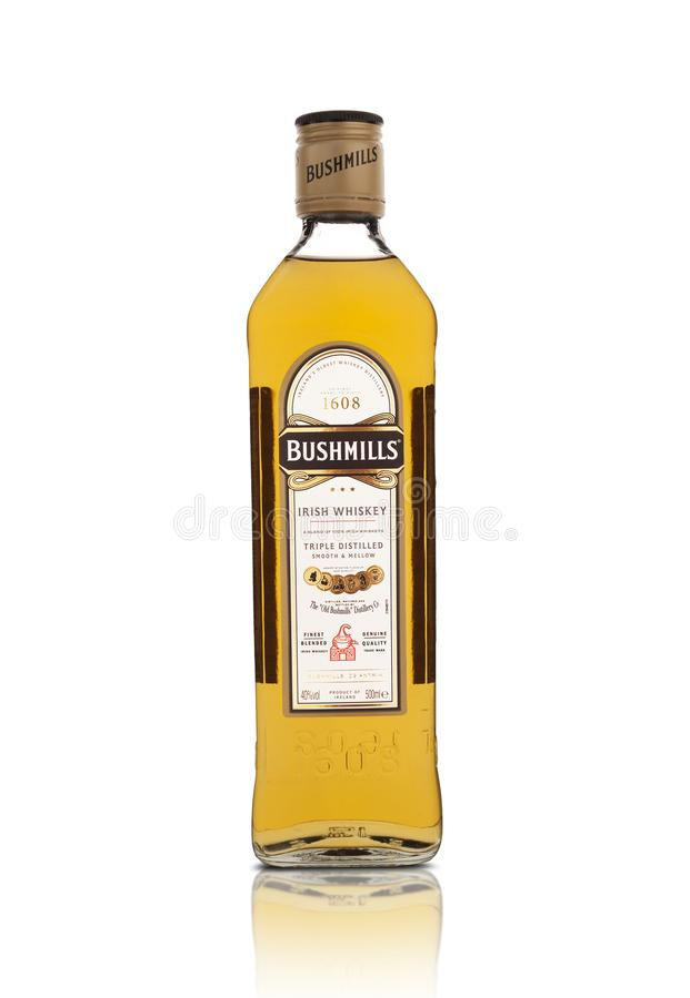 Flaska av Bushmills original- irländsk whisky som isoleras på vit arkivbild