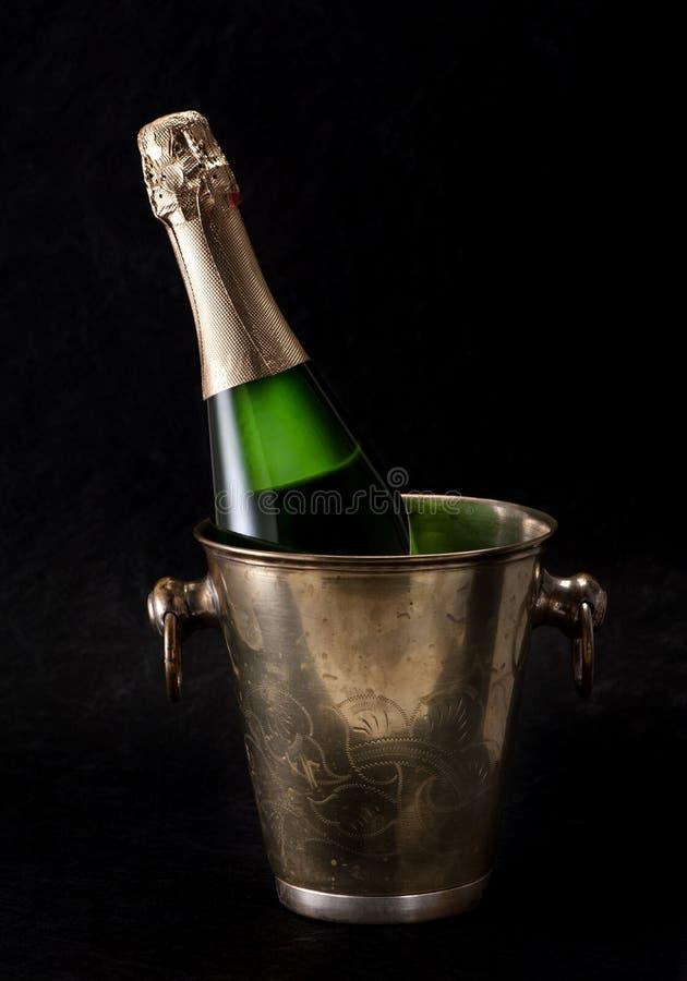 Flaska av Champagne i en hink fotografering för bildbyråer