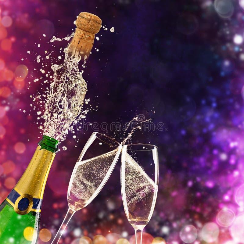 Flaska av champagne med exponeringsglas över fyrverkeribakgrund arkivfoto
