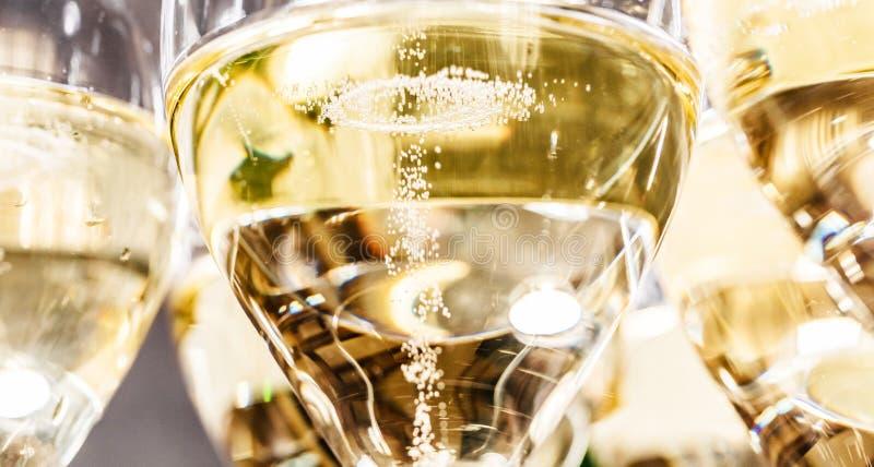 Flaska av champagne och fyllda exponeringsglas som dekoreras i festligt tema arkivfoto