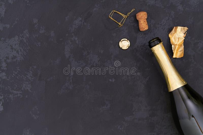 Flaska av champagne på en svart bakgrund, bästa sikt royaltyfri fotografi