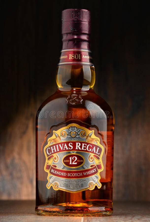 Flaska av Chivas Regal 12 blandad skotsk whisky fotografering för bildbyråer