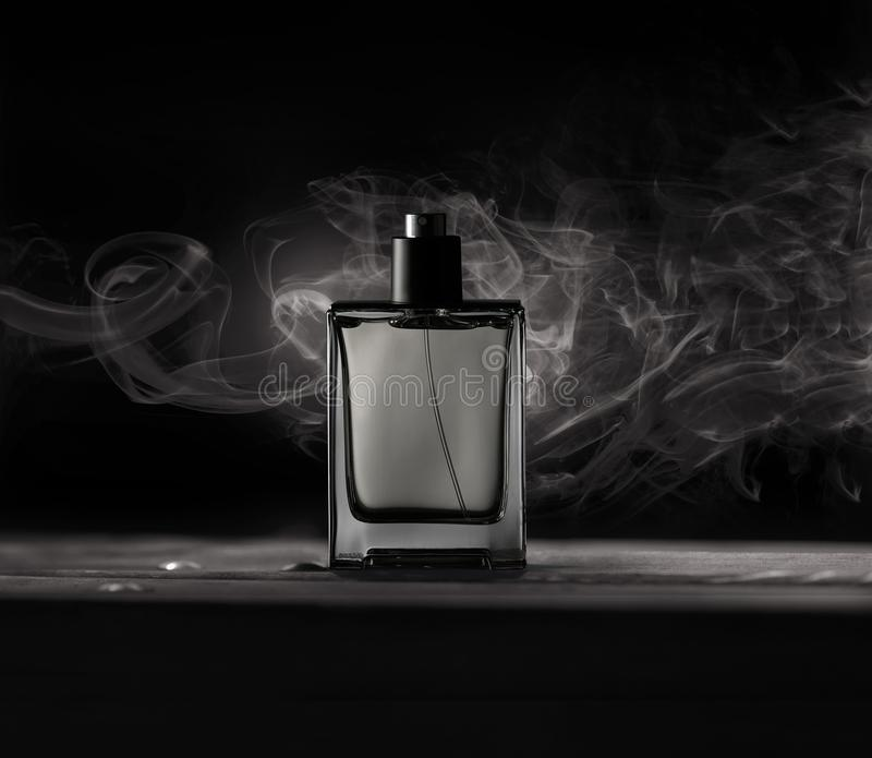 Flaska av doft för man` s arkivfoton