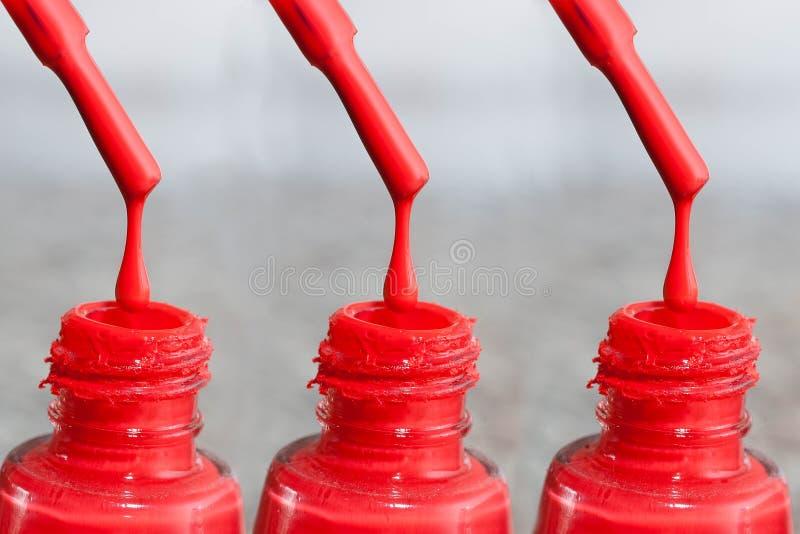 Flaska av färg för fingernaglarna Målarfärg för akryl för kvinna` s, stelnar målarfärg för spikar Blandade färger för gummilacka  fotografering för bildbyråer