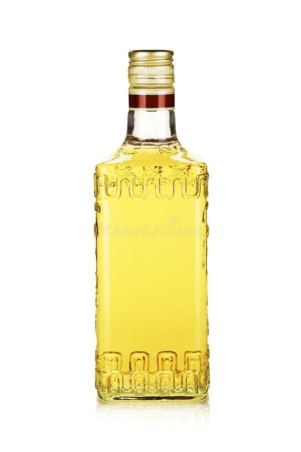 Flaska av guldtequila royaltyfri foto