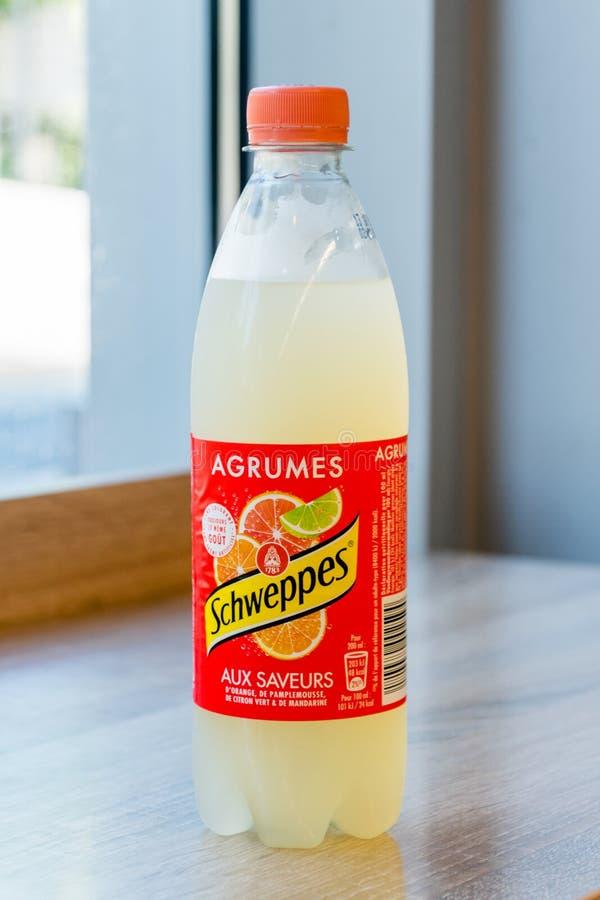 Flaska av kall Schweppes citrus anstrykning royaltyfri fotografi