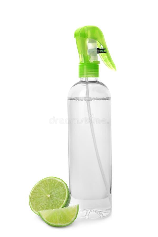Flaska av luftfreshener och limefrukt royaltyfri foto