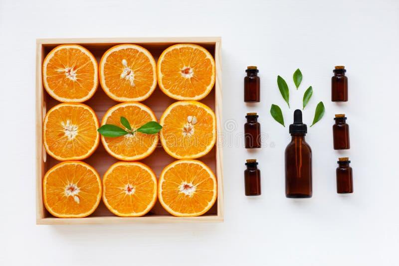 Flaska av nödvändig olja från apelsincitrusfrukt med ny ora royaltyfri fotografi