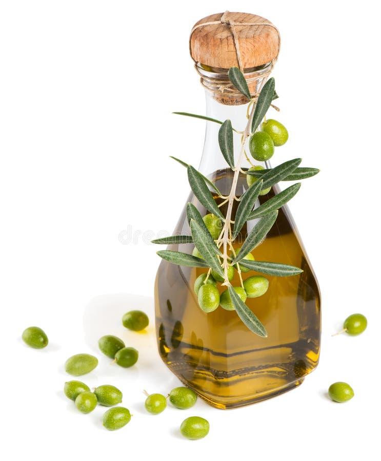 Flaska av olivolja och gröna oliv arkivfoton