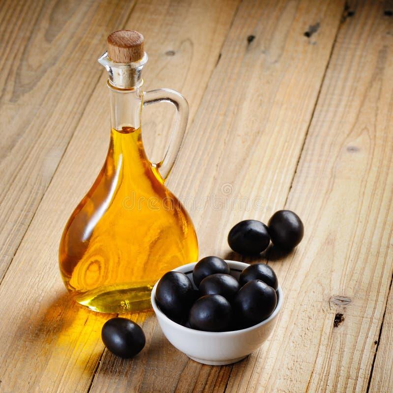 Flaska av olivolja och oliv royaltyfria bilder