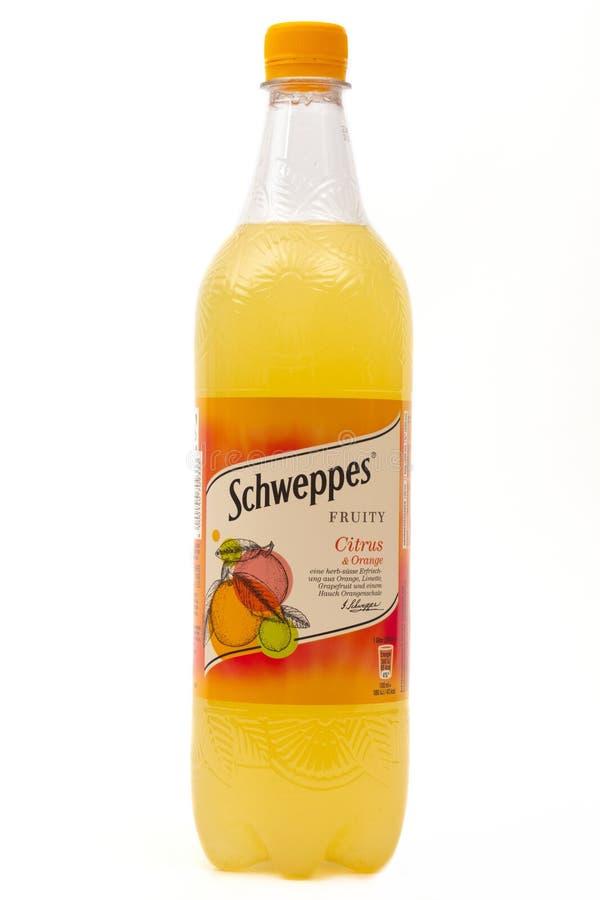 Flaska av SCHWEPPES citronsodavatten arkivbilder