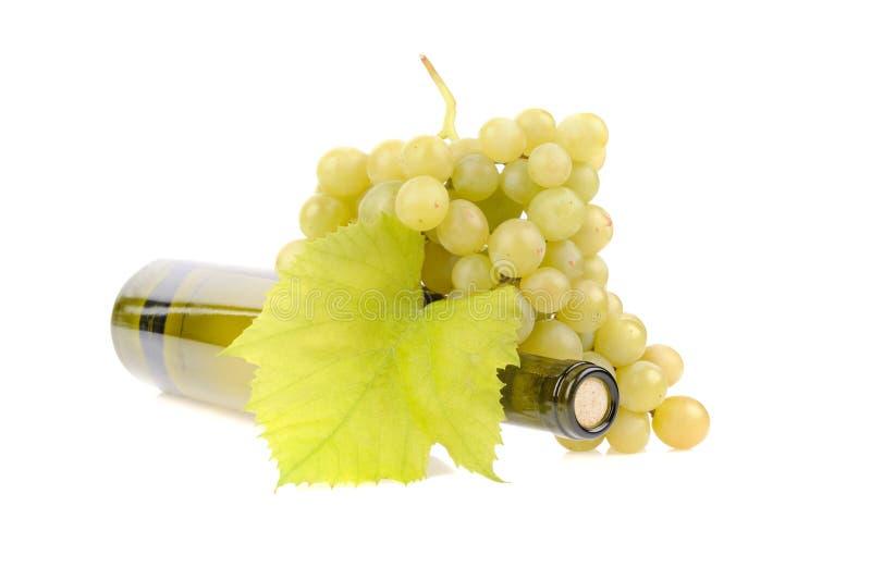 Download Flaska Av Vin Med Gröna Druvor Fotografering för Bildbyråer - Bild av green, stängt: 27283055