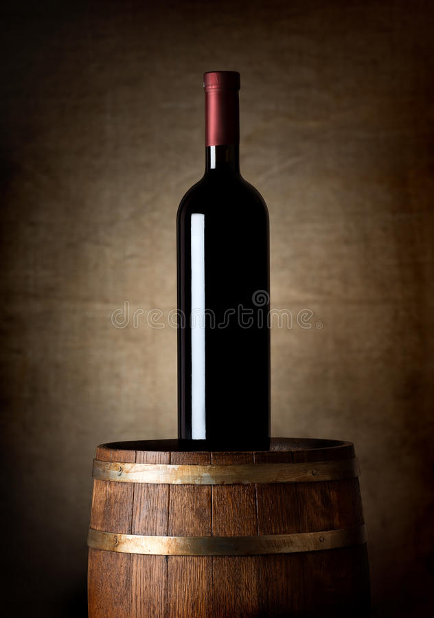 Flaska av vin på en trumma arkivfoto