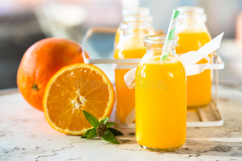 Flaska för orange fruktsaft arkivfoton
