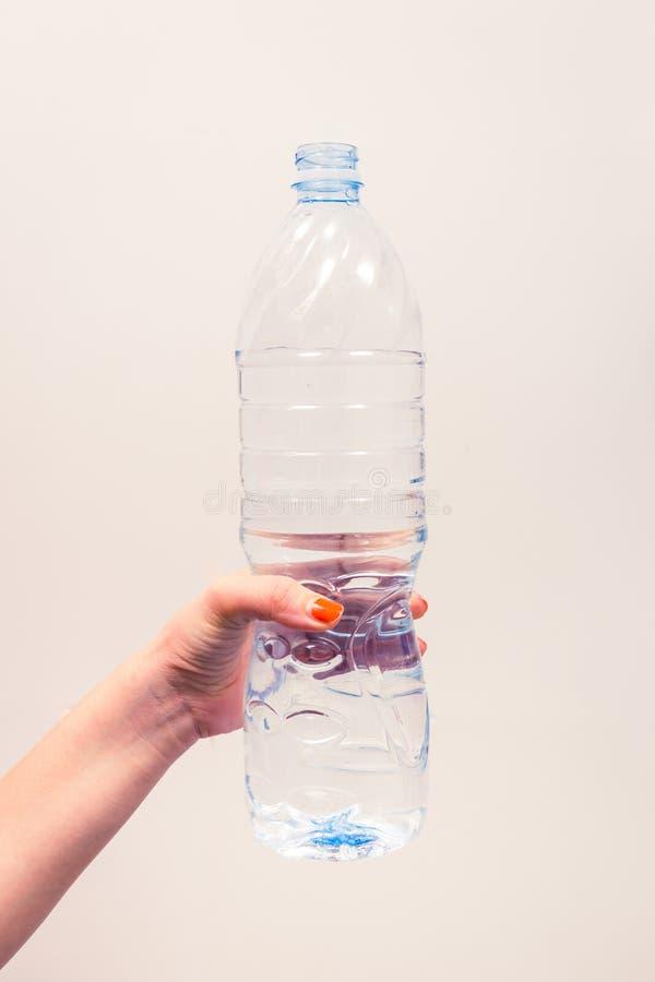Flaska för rent vatten för kvinnahandhåll stor arkivfoto