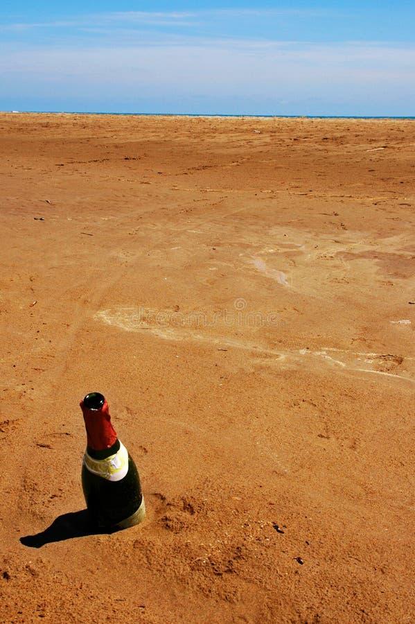 Flaska i sanden arkivfoton