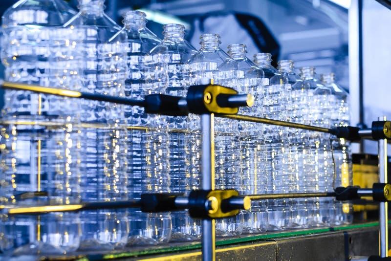 Flaska Industriell produktion av plast-husdjurflaskor Fabrikslinje för fabriks- polyetylenflaskor Genomskinlig matpackag arkivbilder