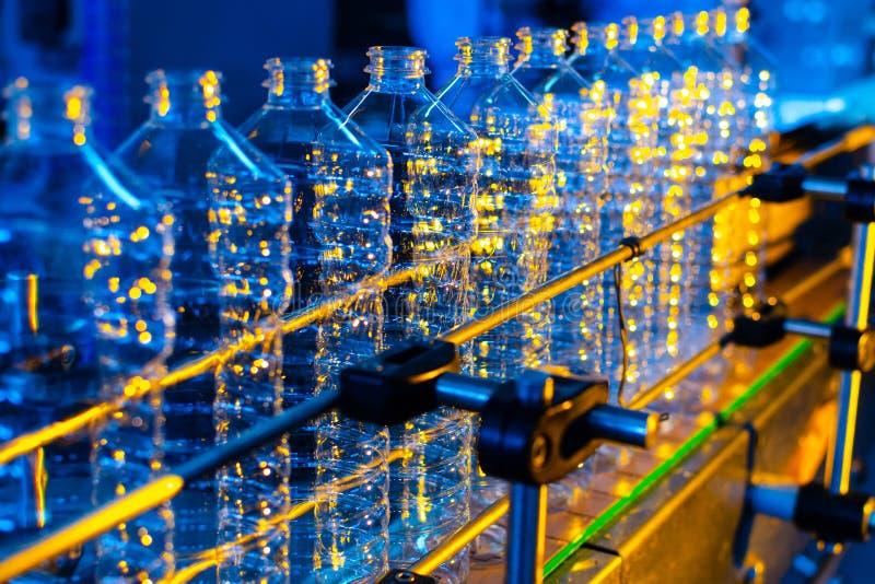 Flaska Industriell produktion av plast-husdjurflaskor Fabrikslinje för fabriks- polyetylenflaskor Genomskinlig matpackag royaltyfria bilder