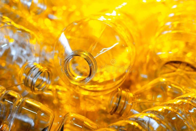 Flaska Industriell produktion av plast-husdjurflaskor Fabrikslinje för fabriks- polyetylenflaskor Genomskinlig matpackag arkivbild