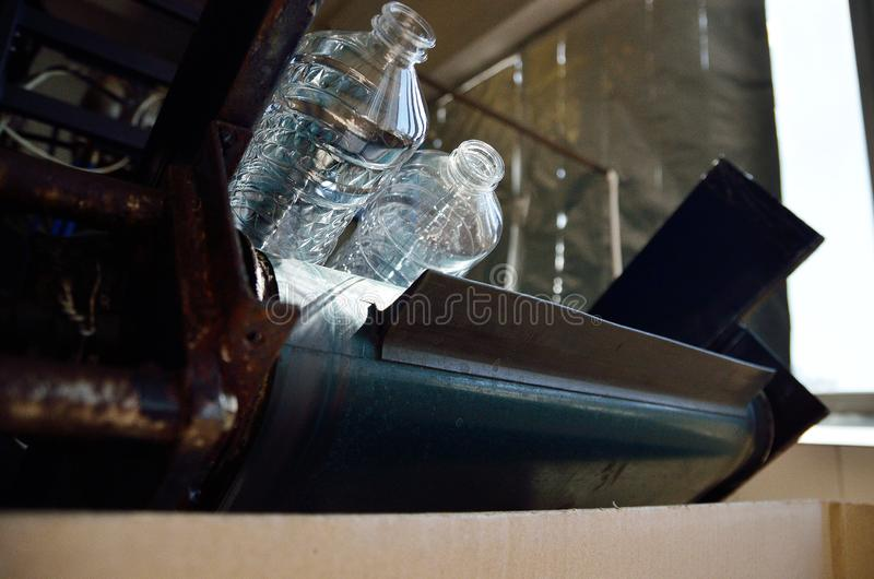 Flaska Industriell produktion av plast-husdjurflaskor Fabrikslinje f?r fabriks- polyetylenflaskor royaltyfri fotografi