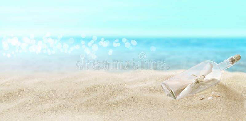 Flaska med ett meddelande p? stranden arkivbild