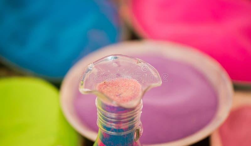Flaska med flerfärgad sand fotografering för bildbyråer
