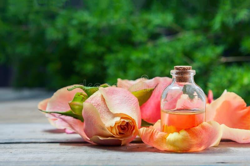 Download Flaska Med Nödvändig Aromolja På Vit Träbakgrund Arkivfoto - Bild av arom, nödvändigt: 78726982