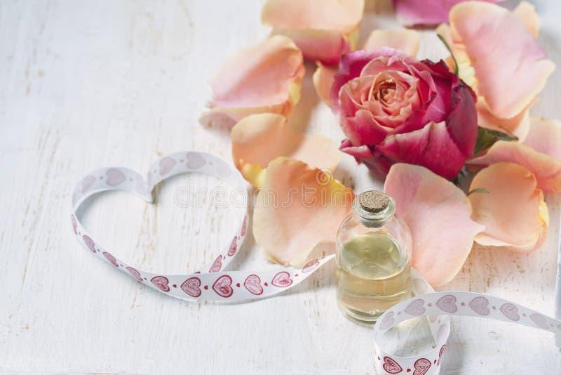 Download Flaska Med Nödvändig Aromolja På Vit Träbakgrund Arkivfoto - Bild av massage, harmoni: 78727002
