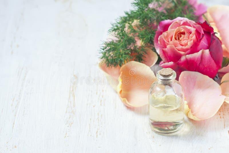Download Flaska Med Nödvändig Aromolja På Vit Träbakgrund Fotografering för Bildbyråer - Bild av exponeringsglas, arom: 78727093