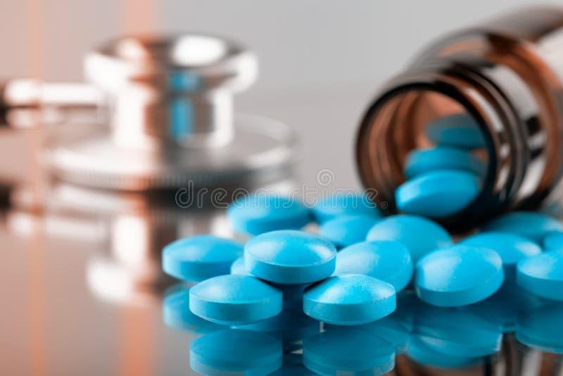 Flaska med preventivpillerar fotografering för bildbyråer
