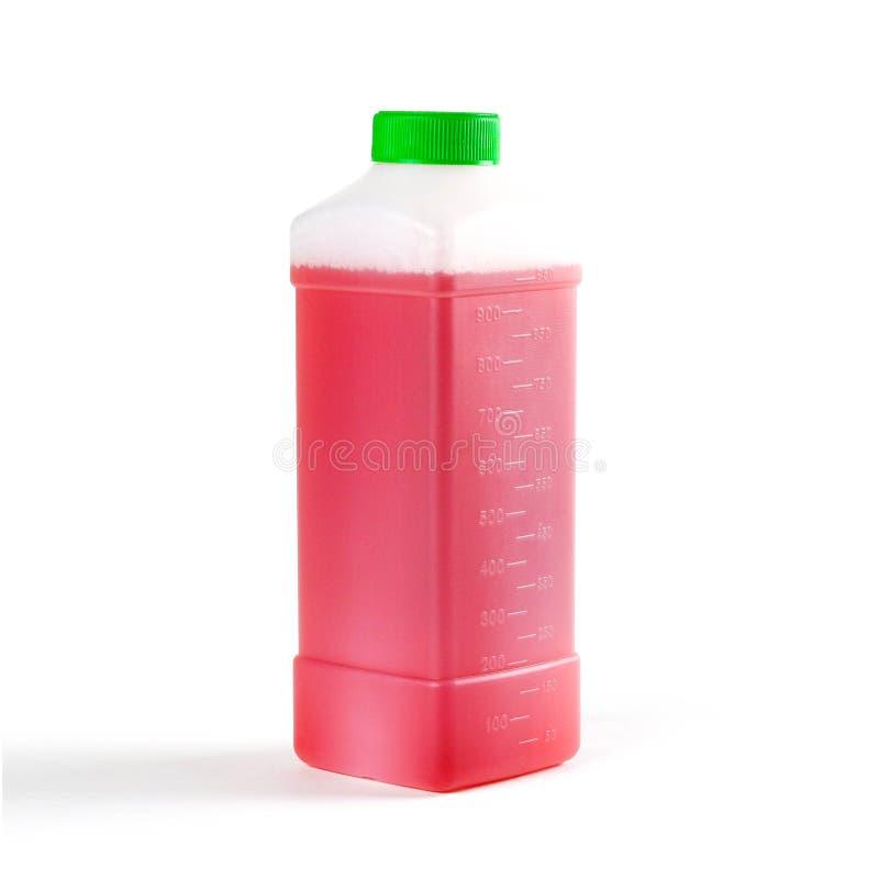Flaska med rött schampo för biltvätt close upp bakgrund isolerad white royaltyfri bild