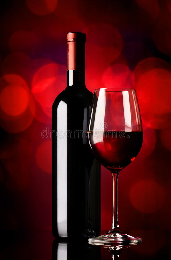 Flaska med vin på rött royaltyfri fotografi
