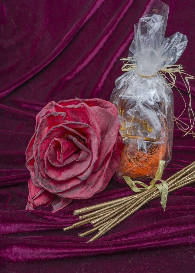 Flaska och blomma som en gåva arkivfoto