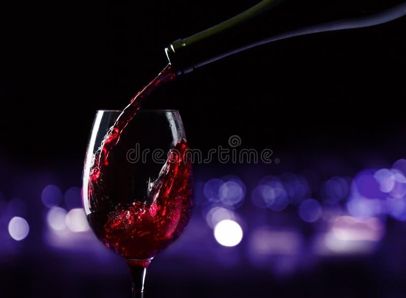 Flaska och exponeringsglas med rött vin royaltyfri foto