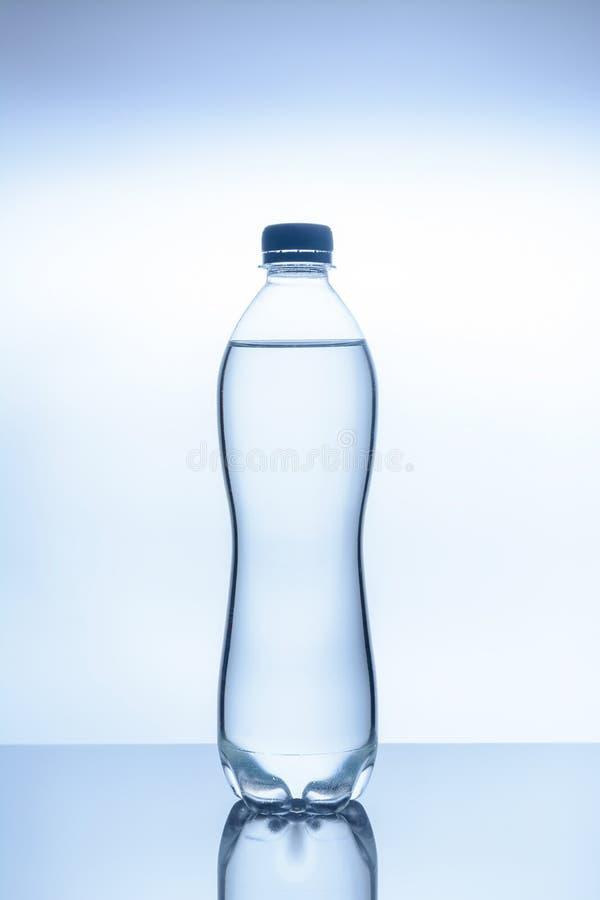 Flaskan av vatten är royaltyfria foton