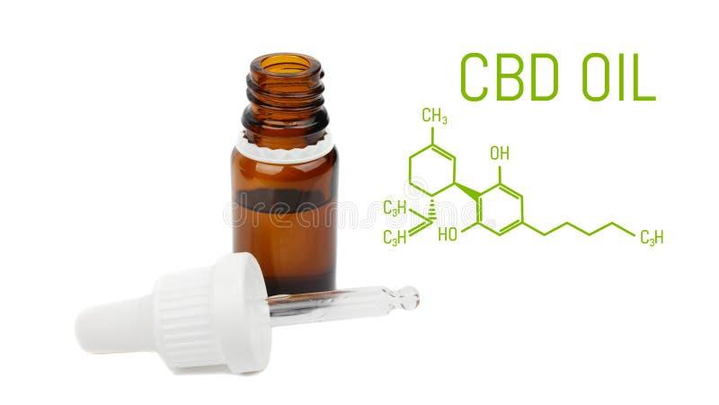 Flaskan för CBD-oljadroppglassen, levande cannabis hartsar extraktion som isoleras på vit bakgrund - närbild av det medicinska ma royaltyfri foto
