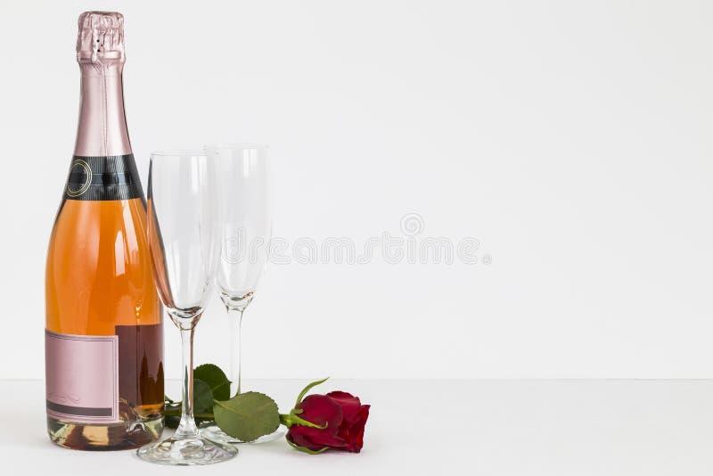 Flaskan för valentindagchampagne, flöjter och steg fotografering för bildbyråer