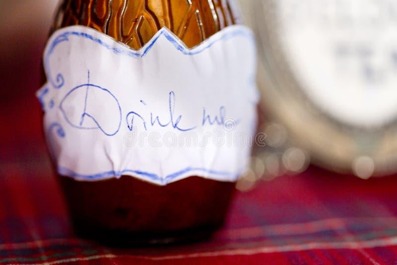 Flaskan med inskriften dricker mig royaltyfri foto