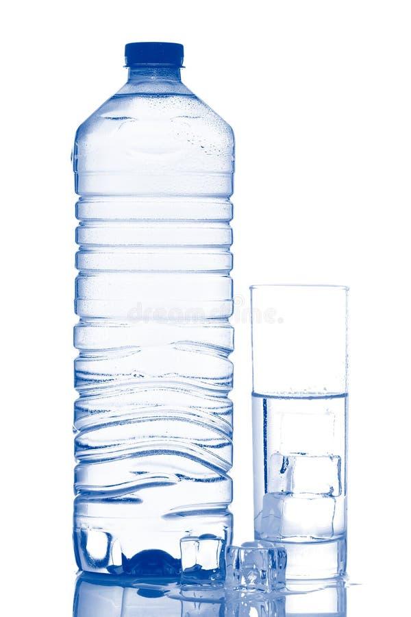 flaskan skära i tärningar glass ismineralvatten arkivfoton