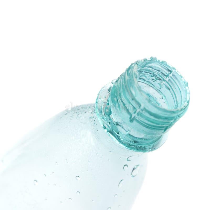 flaskan tappar vatten royaltyfri fotografi
