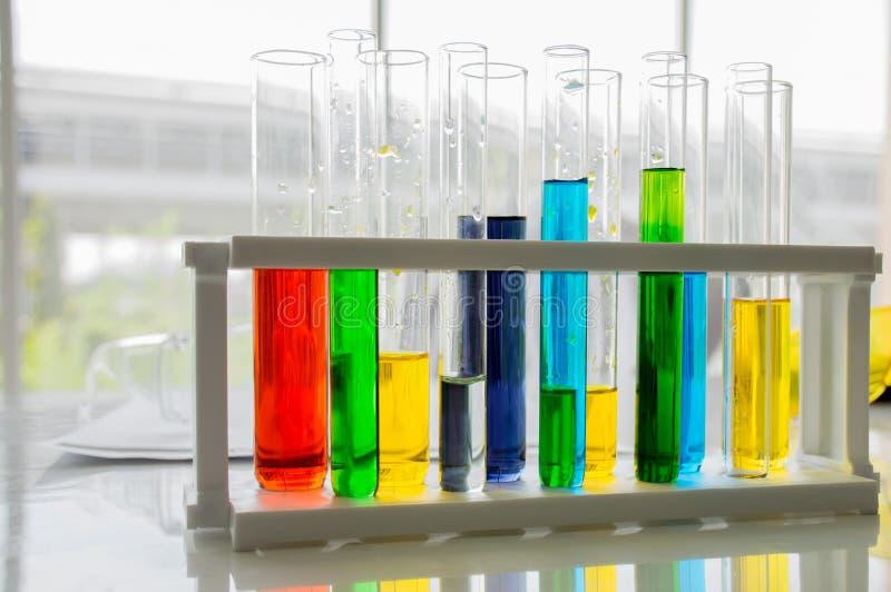 Flaskaprovrörutrustning och experiment om vetenskap och kemi på tabellen arkivfoton
