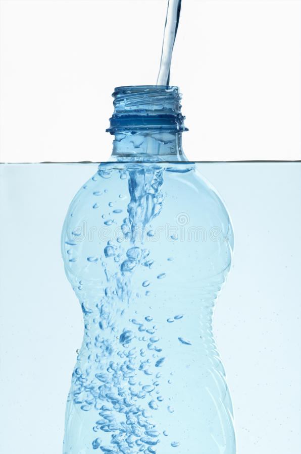 flaskbubblor inom plastic vatten royaltyfri fotografi