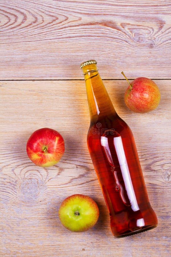 Flaskor av äpple- och päronäppeljuice med frukter Mat och drinkbegrepp arkivbilder