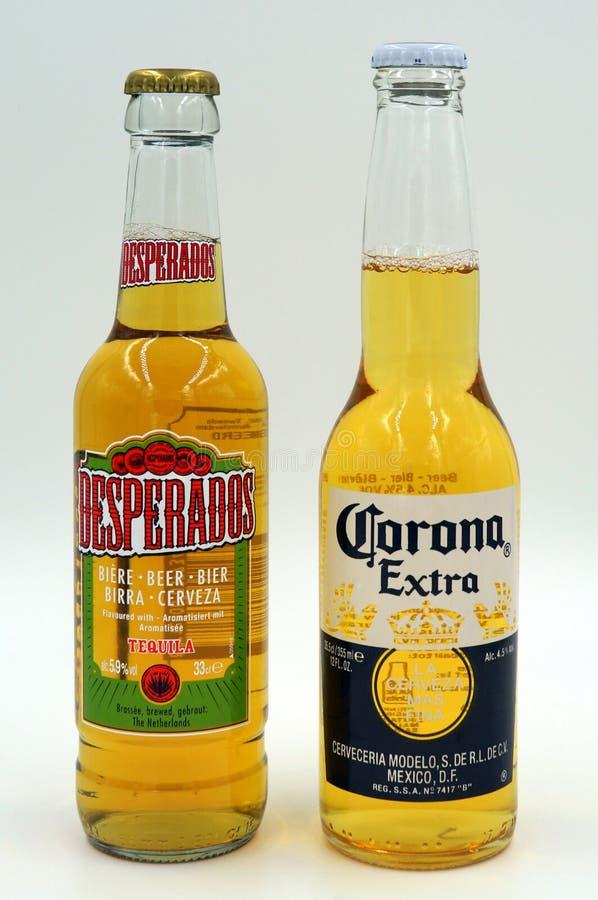 Flaskor av öl för Corona Extra en-desperado arkivfoton