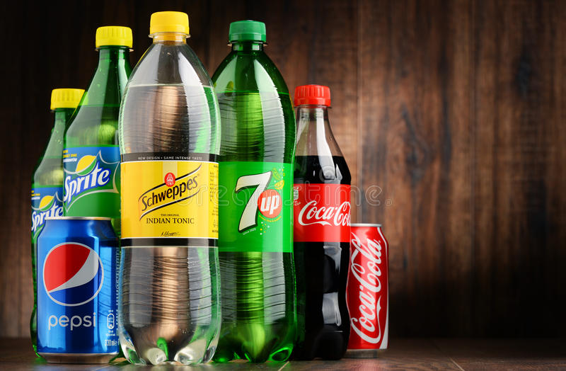 Flaskor av blandade globala läsk arkivfoton
